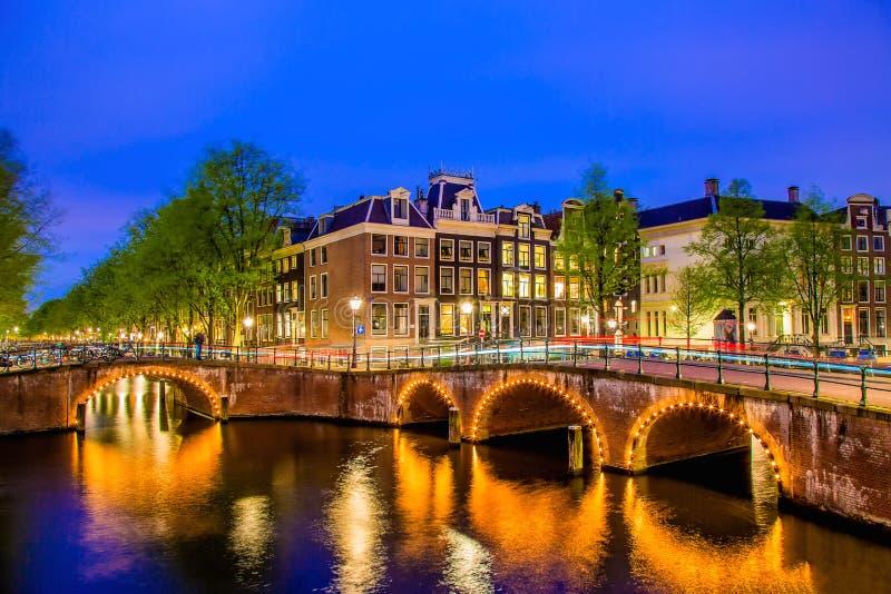 Канал Амстердама с типичными голландскими домами во время twilight голубого часа в Голландии, Нидерландах стоковые фотографии rf
