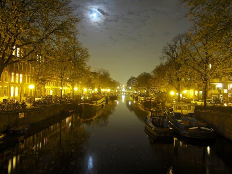 Канал Амстердам на ночу стоковое фото