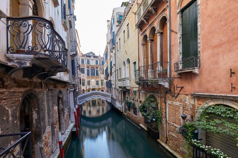Канал Венеции с фасадами старинных зданий и домов в Италии стоковая фотография