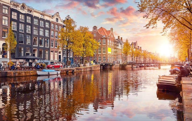 Канал в Амстердам Нидерланды расквартировывает реку Amstel стоковое фото rf