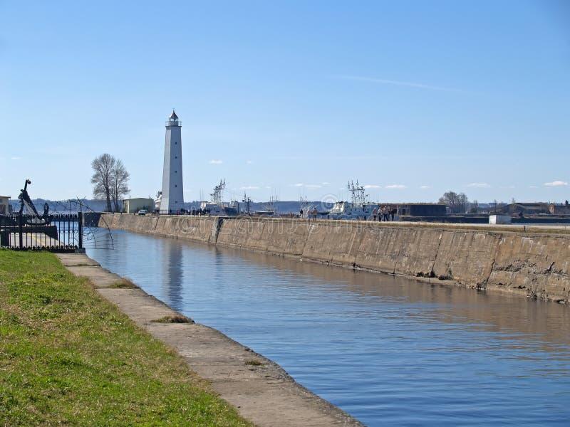 Канал и маяк в Kronstadt стоковое изображение rf