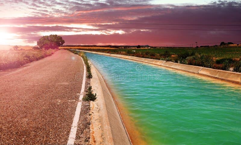 Канал и поля полива стоковые изображения rf
