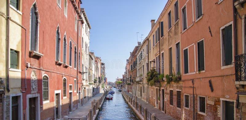 Канал и старая архитектура в Венеции, Италии стоковое изображение