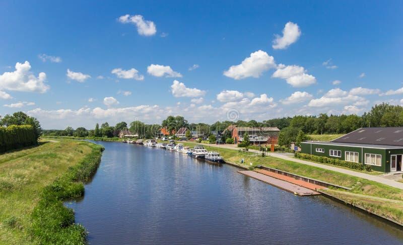 Канал между городами Echten и Hoogeveen в Дренте стоковое изображение
