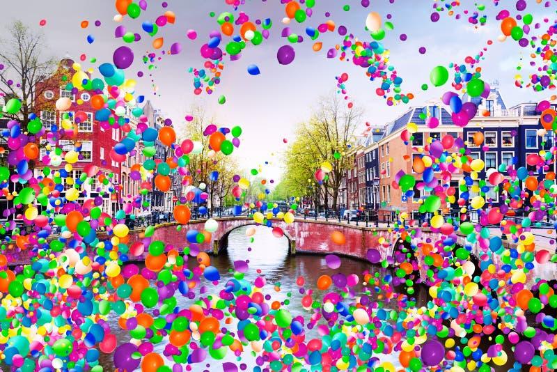 Канал Нидерланд Амстердама с воздушными шарами летает стоковые фотографии rf