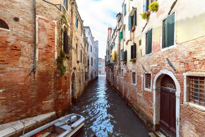 Канал со шлюпкой в Венеции r стоковое фото