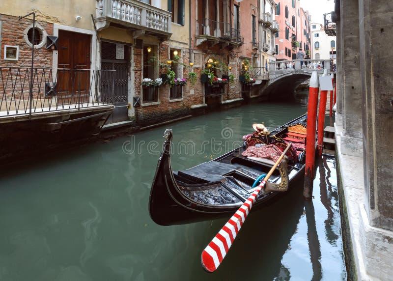 Канал с гондолой в Венеции стоковое фото