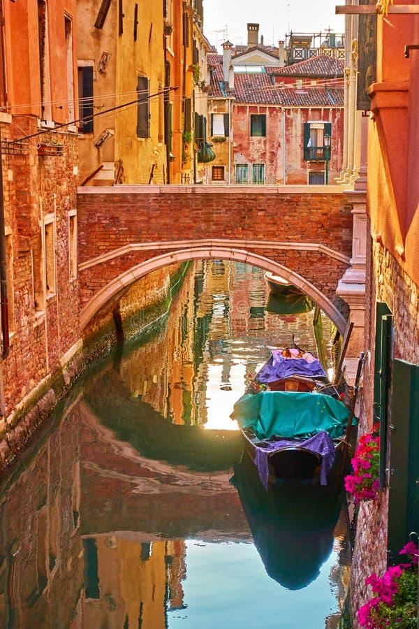 Канал с небольшим мостом в Венеции стоковое изображение rf