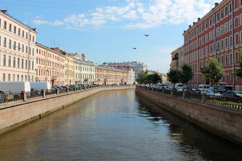 Канал Griboyedov - взгляд от моста льва r стоковые фото