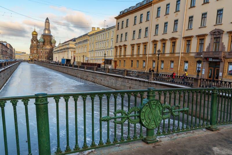 Канал Griboyedov с церковью спасителя на крови от итальянского моста в Санкт-Петербурге, России стоковое изображение