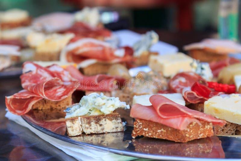 Канапе мяса и сыра стоковые изображения