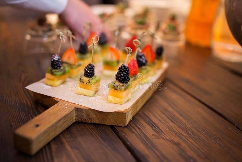 Канапе с плодами и ягодами стоковые фото