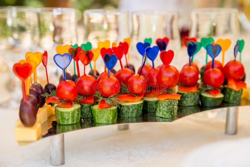 Канапе с томатами и огурцами для партии стоковые фото