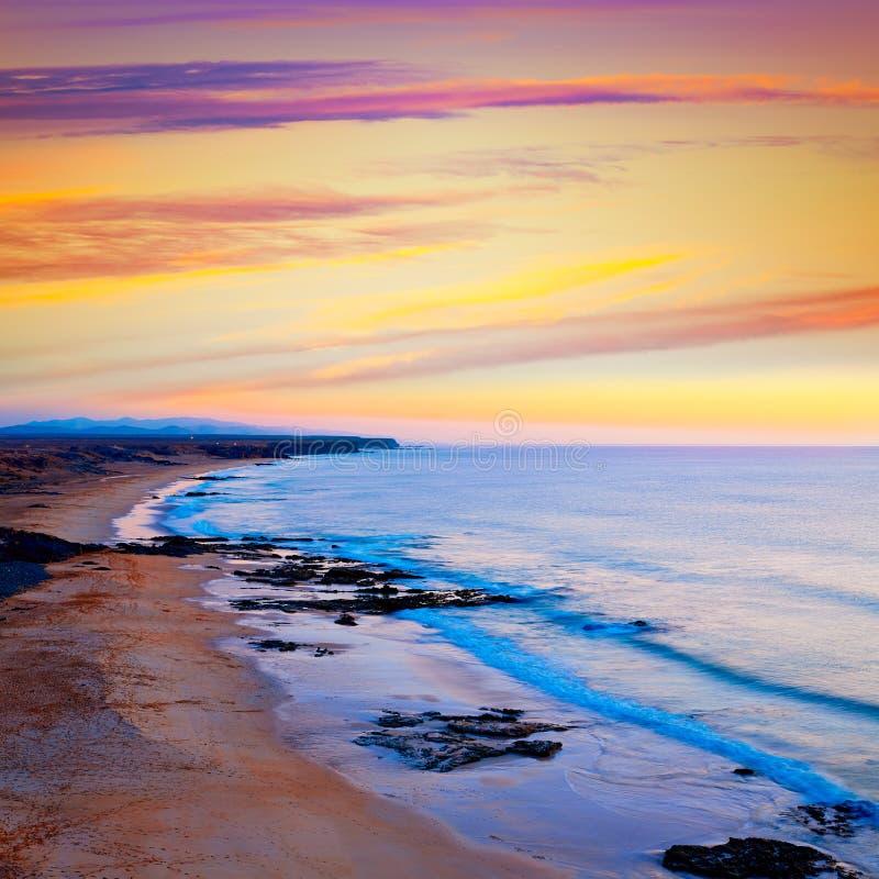 Канарские островы Фуэртевентуры захода солнца пляжа cotillo El стоковые фотографии rf