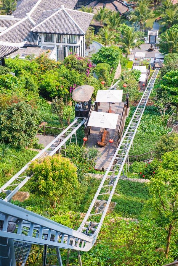 Канатная железная дорога до холма в курорте стоковые фотографии rf