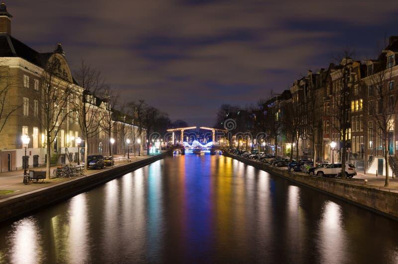 Канал Амстердам на ноче стоковая фотография