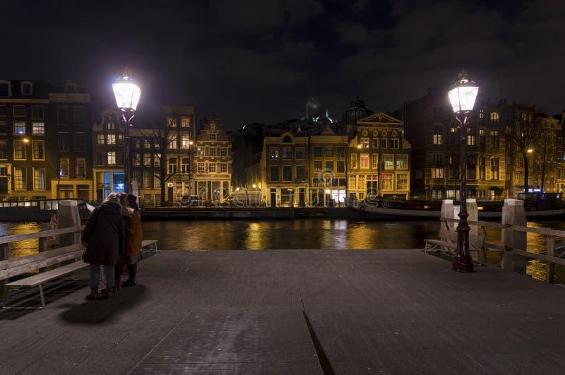 Канал Амстердам на ноче стоковое фото