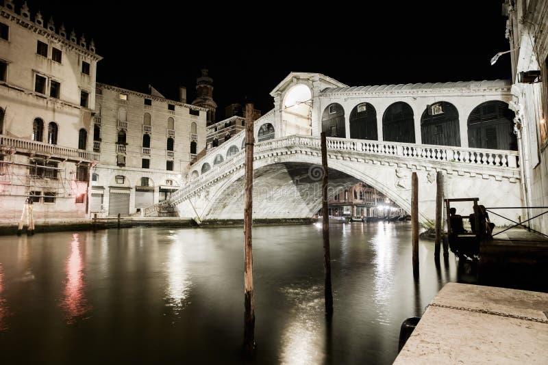 Канал Венеции грандиозный, взгляд ночи моста Rialto. Италия стоковая фотография