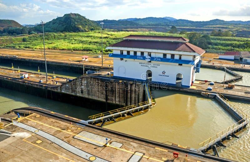 канал выходя корабль Панамы стоковое фото rf