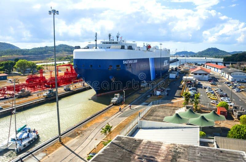 канал выходя корабль Панамы стоковые фото