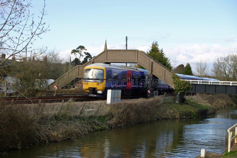 Канал, железная дорога и поезд стоковые фото