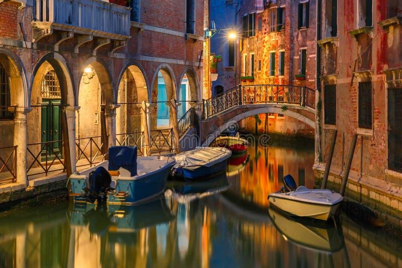 Канал и мост ночи боковые в Венеции, Италии стоковое фото rf