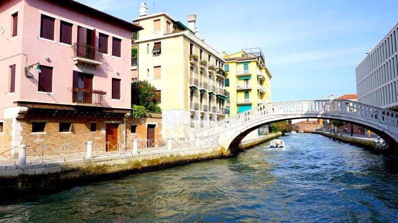 Канал и мост с старинными зданиями стоковое изображение