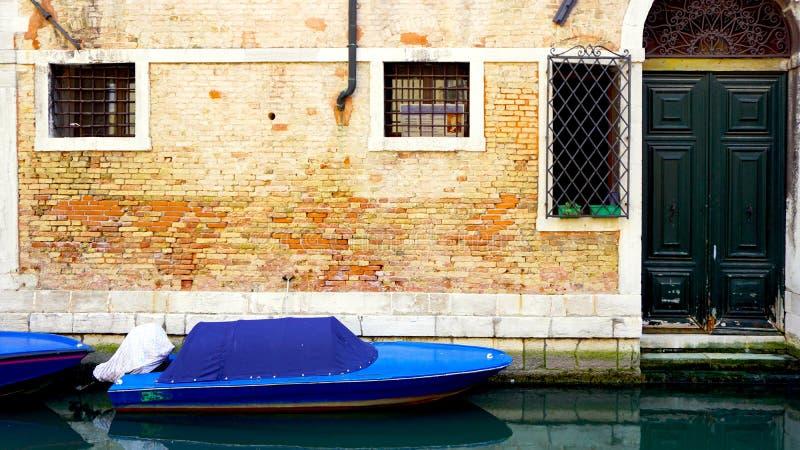 Канал и шлюпки с предпосылкой старинных зданий стоковая фотография