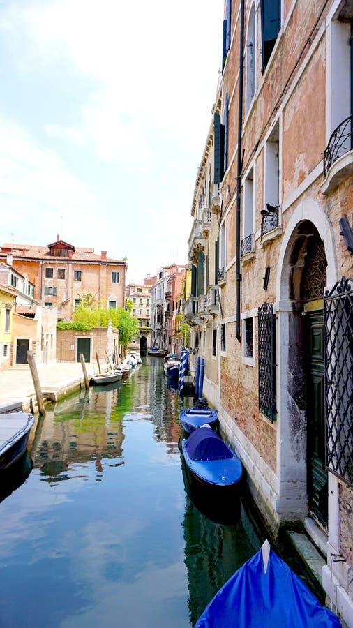 Канал и шлюпки с старинными зданиями вертикальными стоковое изображение rf
