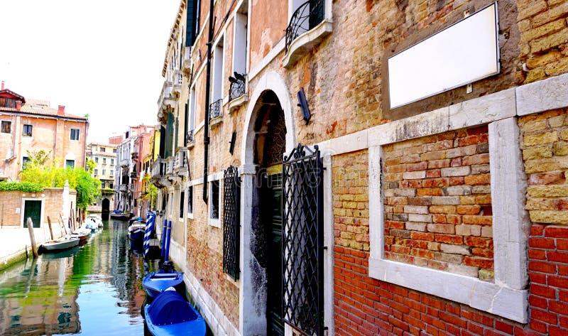 Канал и шлюпки с старинными зданиями горизонтальными стоковое фото