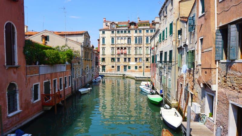Канал и шлюпки с старинными зданиями стоковое изображение rf