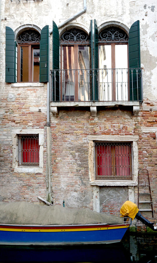 Канал и шлюпки с старинными зданиями стоковые фотографии rf