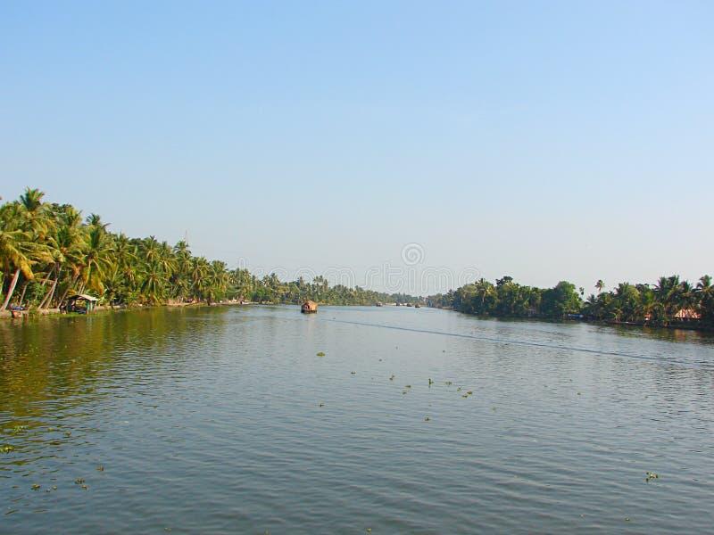 Канал подпора в Керале, Индии - естественной предпосылке воды стоковая фотография