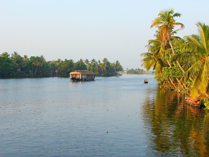 Канал подпора с плавучим домом и пальмами, Кералой, Индией - естественной предпосылкой стоковая фотография rf