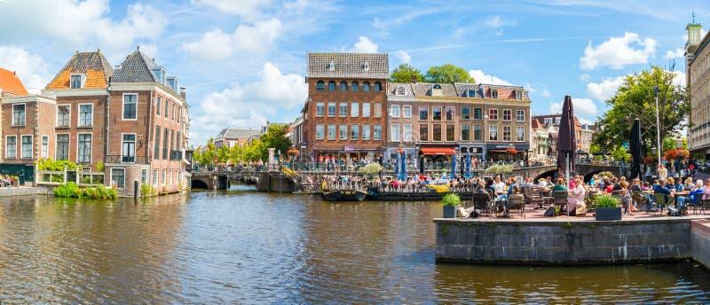 Канал Рейна с людьми на внешних кафах, Лейденом, Нидерландами стоковое изображение rf