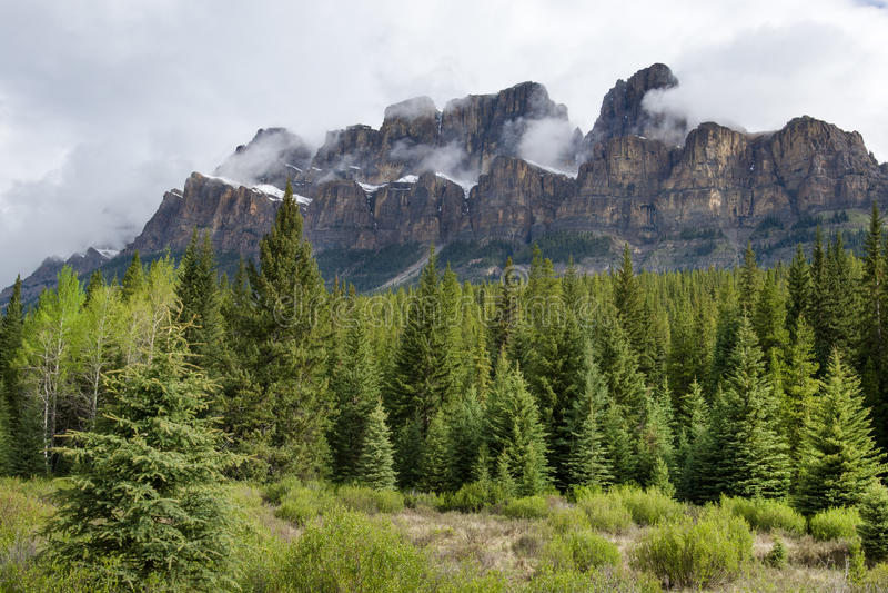 канадская гора rockies замока стоковое изображение rf