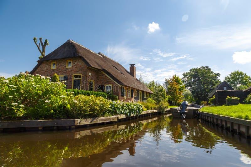 Каналы деревни Giethoorn стоковые фото