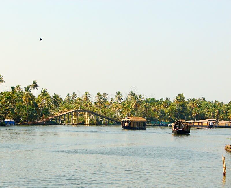 Каналы подпора с мостом и плавучими домами, Кералой, Индией стоковые изображения