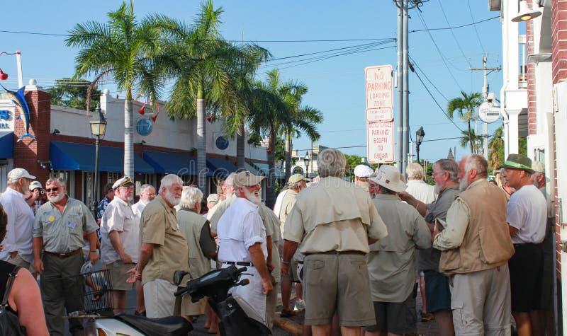 Кандидаты для состязания Hemingway похожего на взгляд собрали в улице вне небрежного Joes в Key West Флориде около июль 2010 стоковые изображения rf