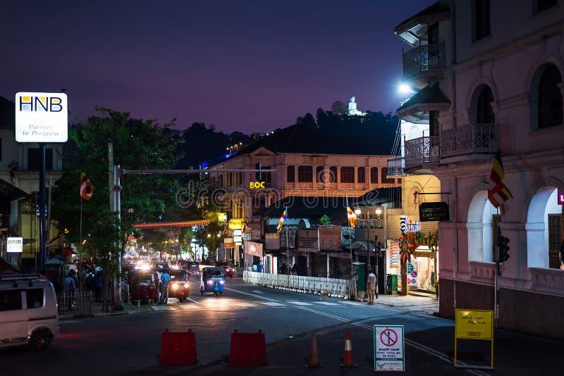 Канди, Шри-Ланка - 31-ое марта 2019: Сцена улицы ночи занятого центра города Канди в Шри-Ланка стоковое изображение rf