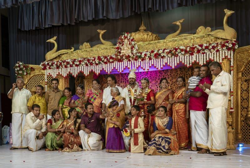 Канди, Шри-Ланка - 09-03-24 - портрет семьи из нескольких поколений на свадьбе Шри-Ланка индусской стоковые фотографии rf
