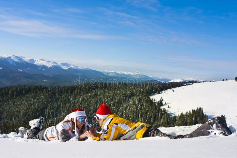 каникула лыжи пар влюбленности стоковое изображение rf