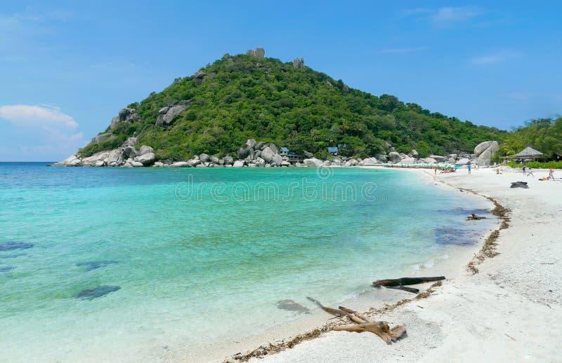 Каникулы на лазурном пляже на солнечном стоковая фотография
