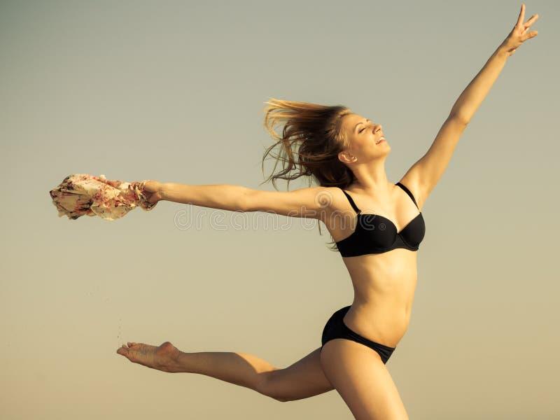 Download каникула территории лета Katya Krasnodar Девушка в бикини бежать на пляже Стоковое Изображение - изображение насчитывающей бег, утеха: 40587531