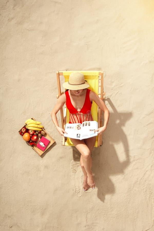 Каникулы взгляд сверху путешественника молодой женщины туристские стоковые изображения rf