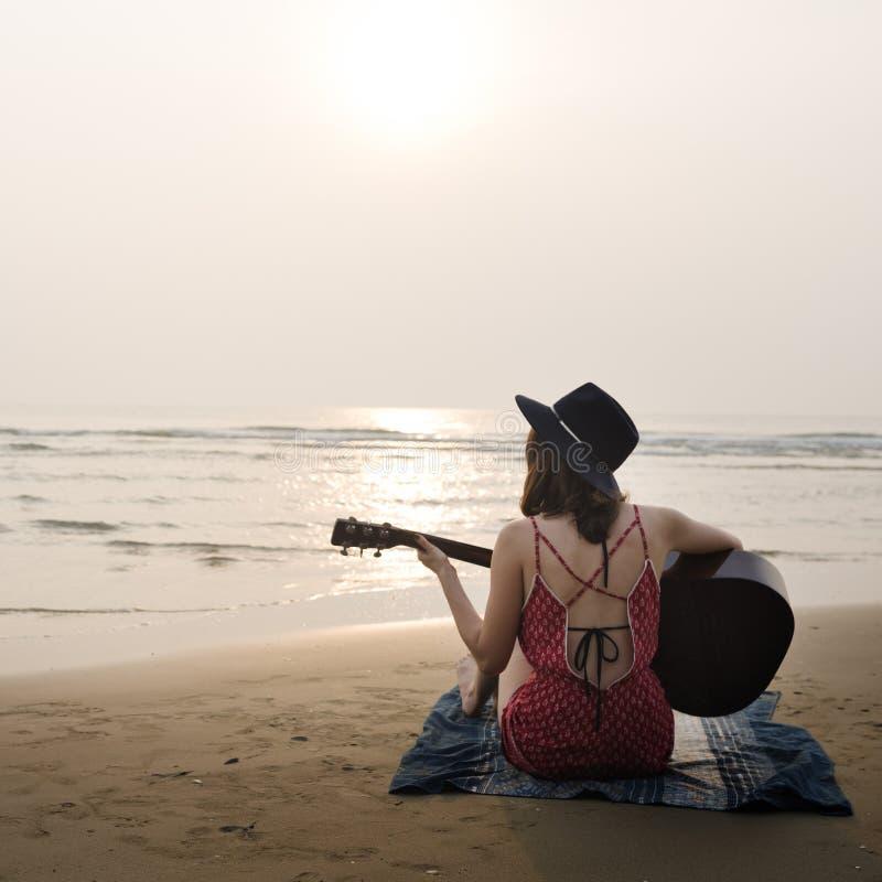 Каникулы летнего отпуска пляжа путешествуя концепция релаксации стоковое фото