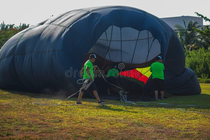 КАНКУН, МЕХИКО - 25 МАЯ 2019 ГОДА: Неудачные соревнования по воздушному шару Солнечное утро, но слишком ветрено, чтобы воздушные  стоковое фото