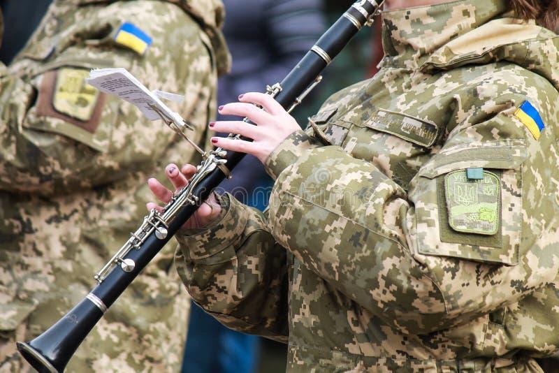 Каннелюра сыграна музыкантом военного оркестра украинской армии Flutist вооруженных сил страны Украины стоковое фото rf