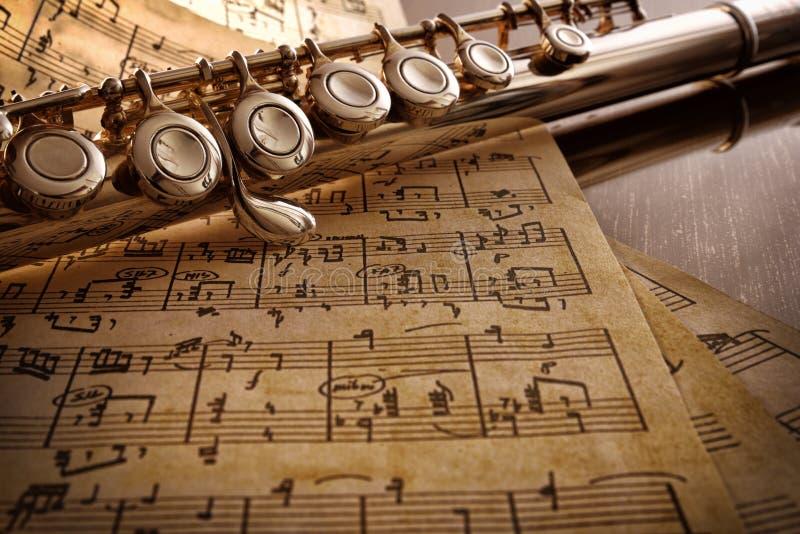 Каннелюра и старые рукописные ноты на черной повышенной таблице стоковая фотография rf
