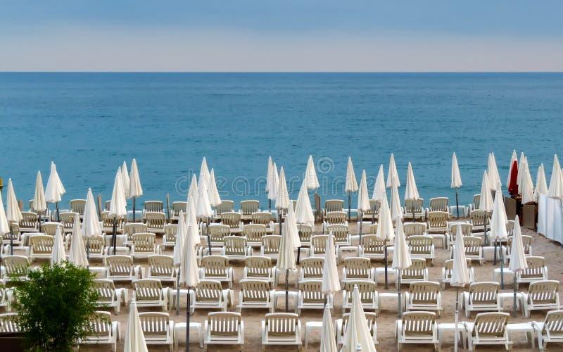Канн - белые зонтики на пляже стоковые фото
